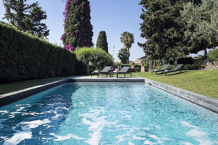 Lovely luxury villa with private pool just a few km from the center of Syracuse