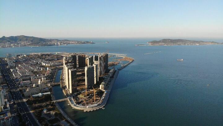 威海公园幸福门旁远眺刘公岛威海湾九里海景公寓