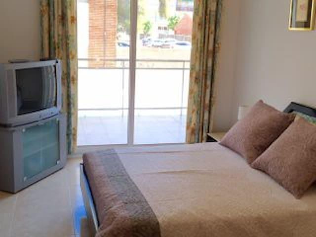 Dormitorio principal con televisión