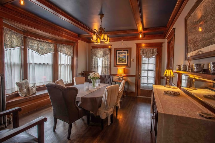 Spacious South Wedge Full House - Hamilton House