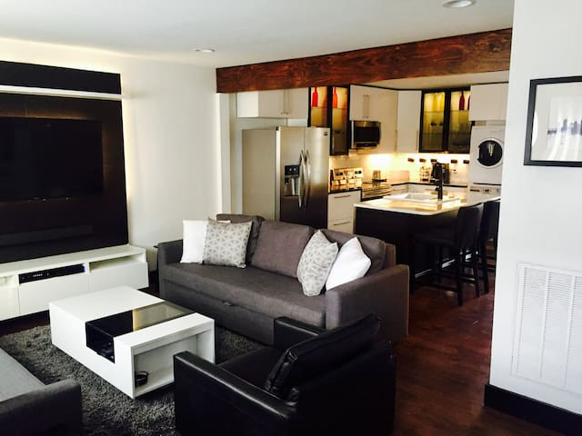 Tuxedo Townhouse*Sleeps 10*PRIVATE PATIO $5UBER2DT