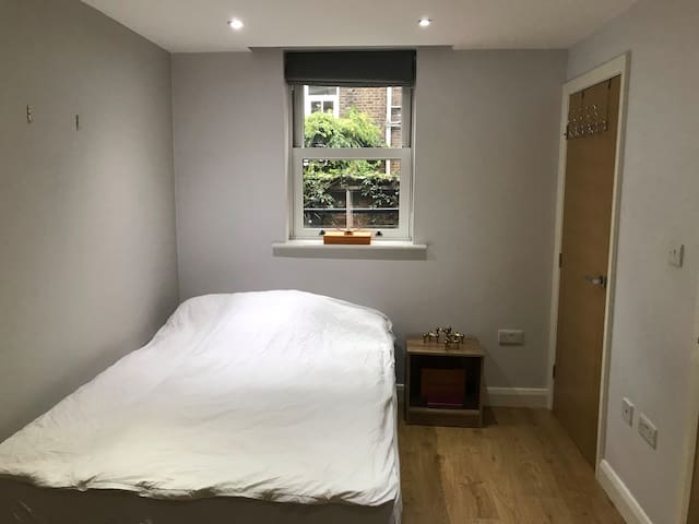 Room with private bathroom in central London