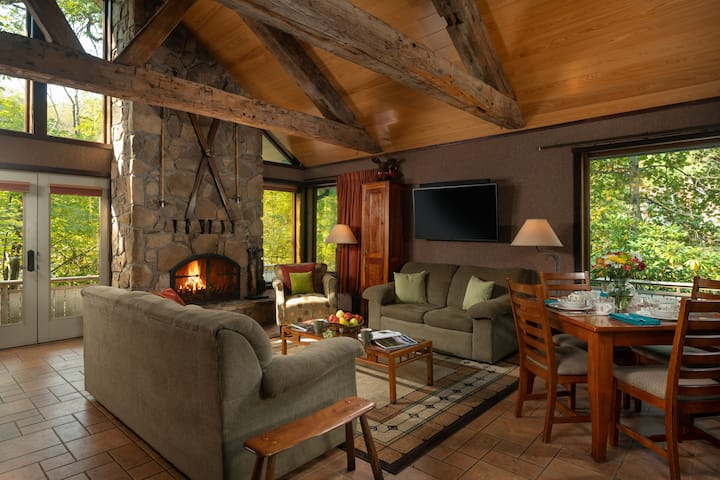 Paddler's Lane Retreat - Chalet Rental with Apartment