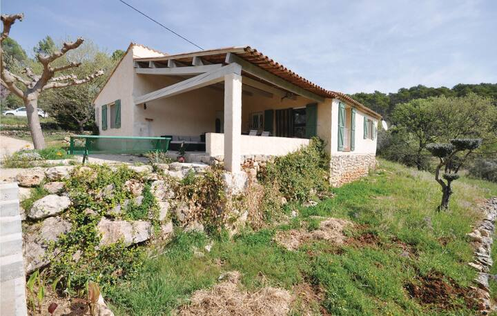 Amazing home in Lorgues with WiFi, Outdoor swimming pool and 3 Bedrooms