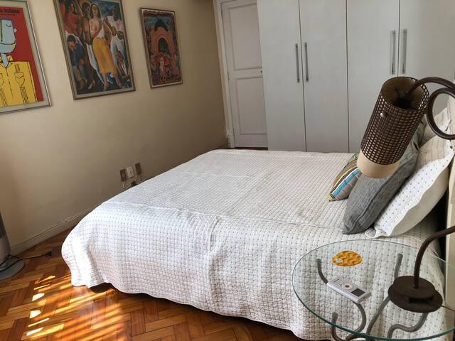 Armário com espaço livre para o hóspede guardar suas roupas. / The wardrobe has some free space for guests to hang their clothes.