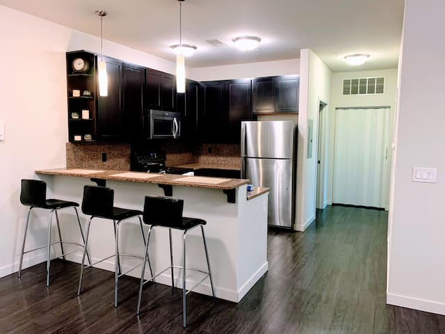 Modern Apartment on Green St! (private room A)