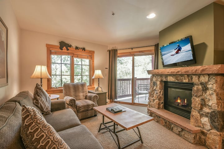 Expedition Station 8622-Awesome condo w/mountain views! Short walk to gondola! Pool & Hot tub, Fireplace!