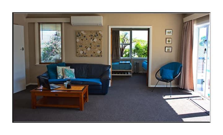 Karoro beach self-contained apartment - free WIFI