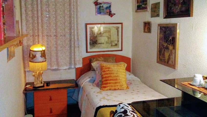 WIFI-PRIVATE ROOM-NEAR AIRPORT CHAMARTIN AND SOL