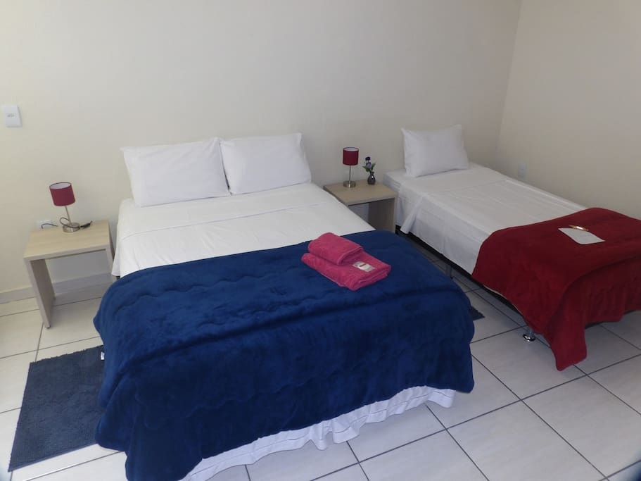 Cama de casal e cama de solteiro  muito confortáveis. Suite equipped with comfortable double bed and single bed.