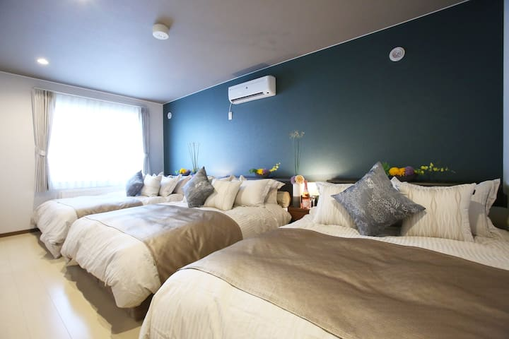 1st bedroom there are 3 double beds/ 第1卧室有3张双人床。