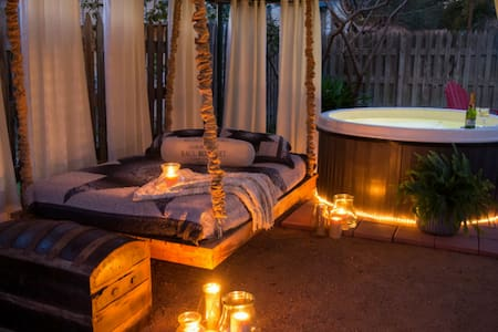 Absolutely Charming Denim n Diamonds private hot tub, walk to shops!