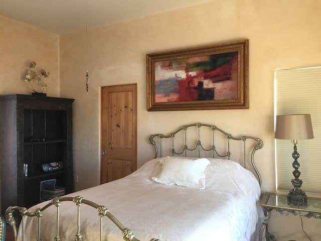 Queen sz suite w/ jet tub, kitchenette, courtyard