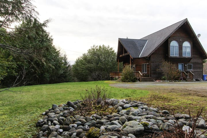 Secluded  home dog-friendly home w/ huge deck, quiet location & wood fireplace