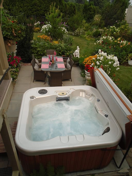 Hot tub with alfresco dining