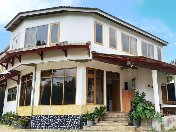 Villa KenDedes Garden near Selecta, Batu