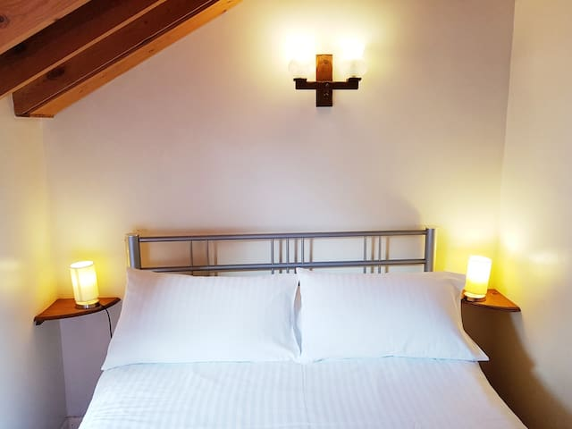 Double room Suite Ensuite with Shower Sleeps 6 Max