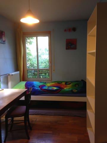 kleines Südzimmer in Künstler-WG