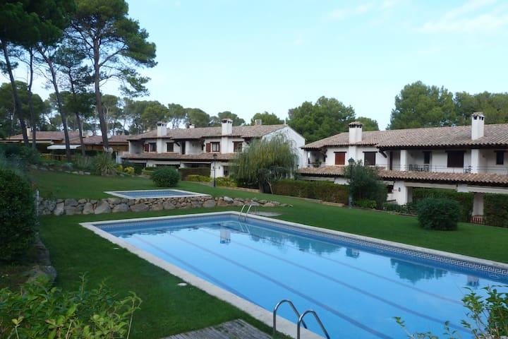 Casa con piscina frente al bosque - Pals - Rumah
