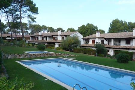 Casa con piscina frente al bosque - Pals - Casa