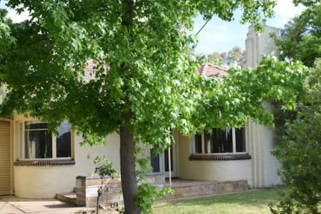Art Deco classic 3 bd by the river - Shepparton - Huis