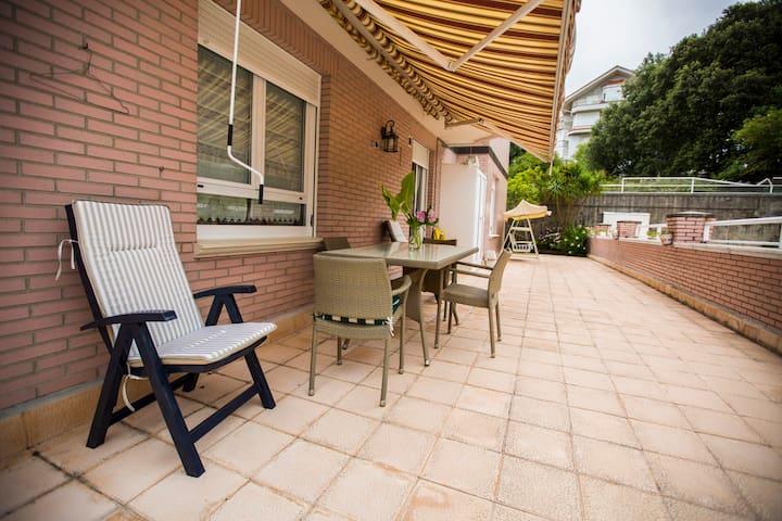 Bajo con terraza, piscina y WIFI