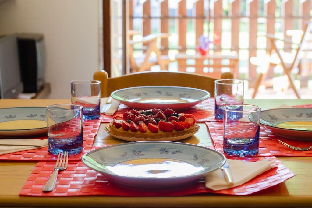 Pentolame, piatti, posate, bicchieri... in casa c'è tutto per apparecchiare la tavola e per cucinare. - / Kitchen ware, plates, glasses... there's everything to cook and set your table!