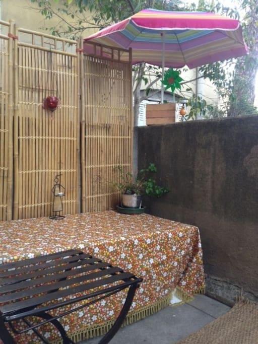 Une terrasse de 12m2 est entourée d'arbre et donne sur le jardin. Elle est ensoleillée tout le matin jusqu'à 12h. Vous pourrez prendre votre petit-déjeuné au soleil tranquillement.