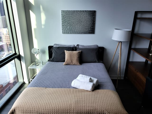 King Bed & Great Location in River North