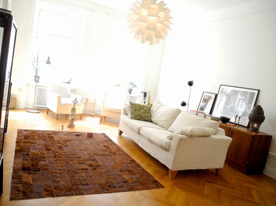 Large livingroom with cable tv.