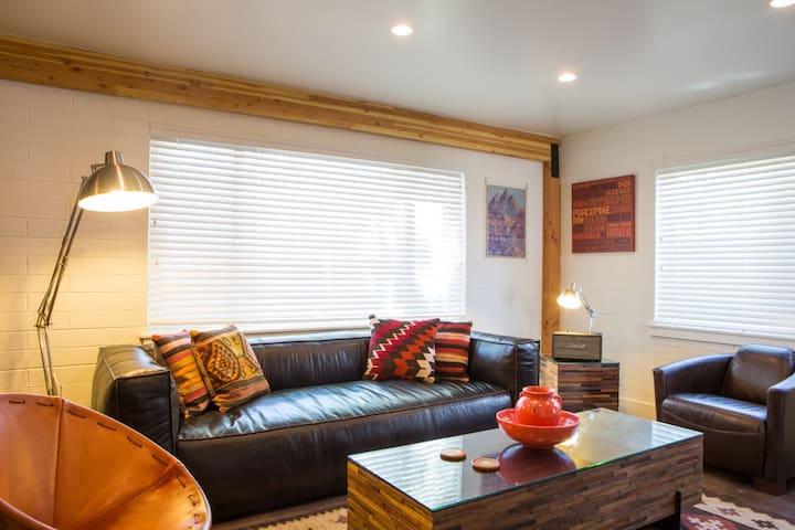 Beautiful Modern 1 bedroom less than a block off Main MF1