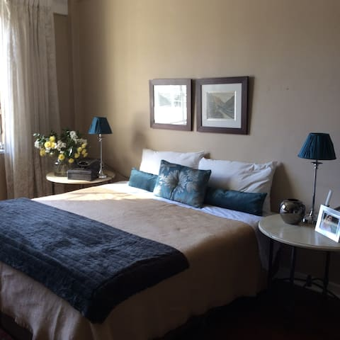 Stylish, safe, convenient spot in trendy Rosebank - Joanesburgo - Apartamento