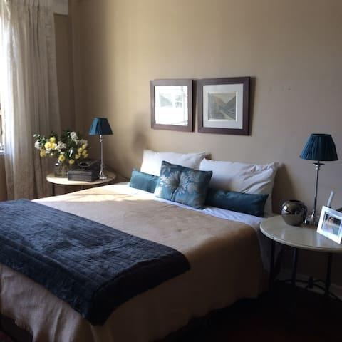 Stylish, safe, convenient spot in trendy Rosebank - Johannesburg - Appartamento