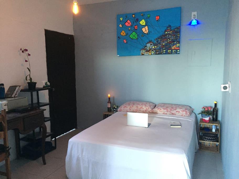 Amplo e aconchegante quarto de casal, separado por porta divisória do dormitório com as 4 camas de solteiro.