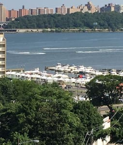 Five minute walk to NYC Ferry Marina or NYC buses! - Apartamento