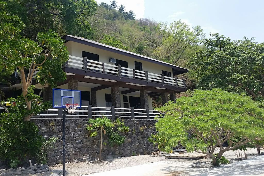 Functional 5 bedroom house with airconditioned rooms facing the sea