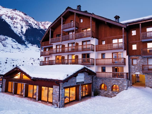 Holiday apartment with relaxing mountain views and shared indoor pool, 500m from the ski-run