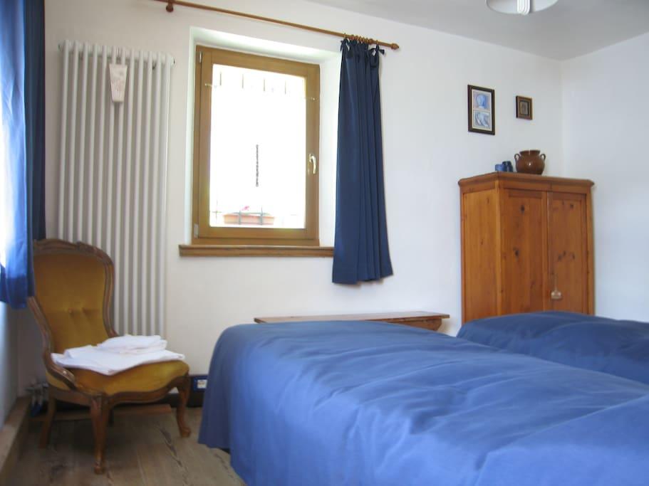 Blue room chambres d 39 h tes louer forno di zoldo for Chambre d hote italie