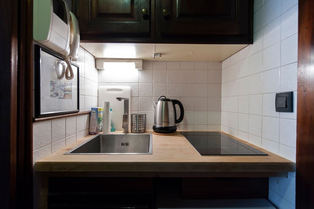 Fully equipped kitchen with a washing machine