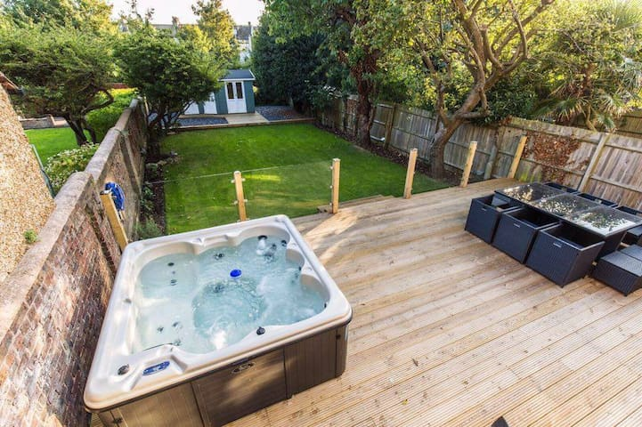 Luxury 5 + 1 Bed House With Hot Tub & Own Parking.