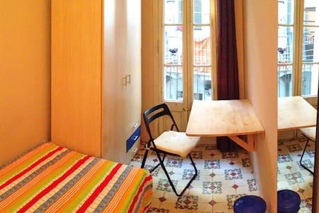 Single room next to Pl. Espanya and fira WMC - Barcelona