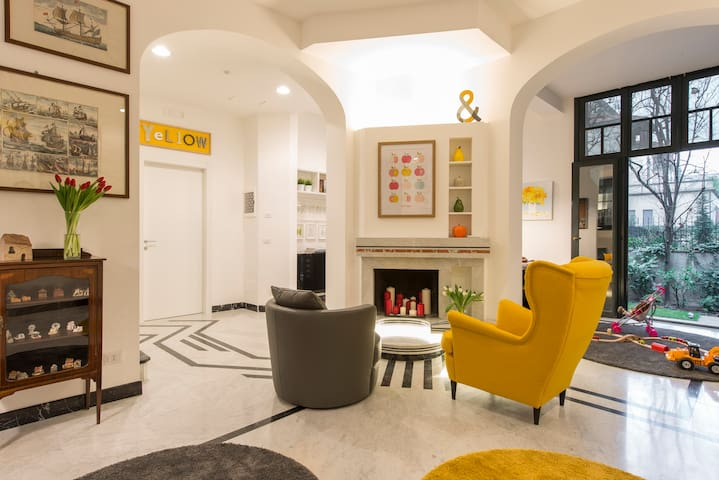 Suite Home Milano FIERA - fireplace in the hall and view of the garden