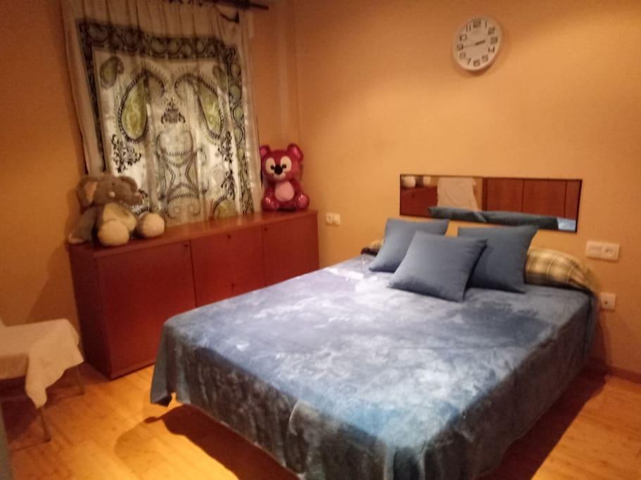 Dormitorio interior con baño privado
