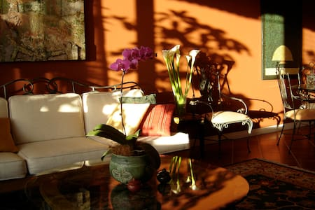Charming B&B in Best Neighborhood: Irazu Room - San José - Bed & Breakfast