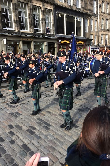 Pipers on the Royal Mile