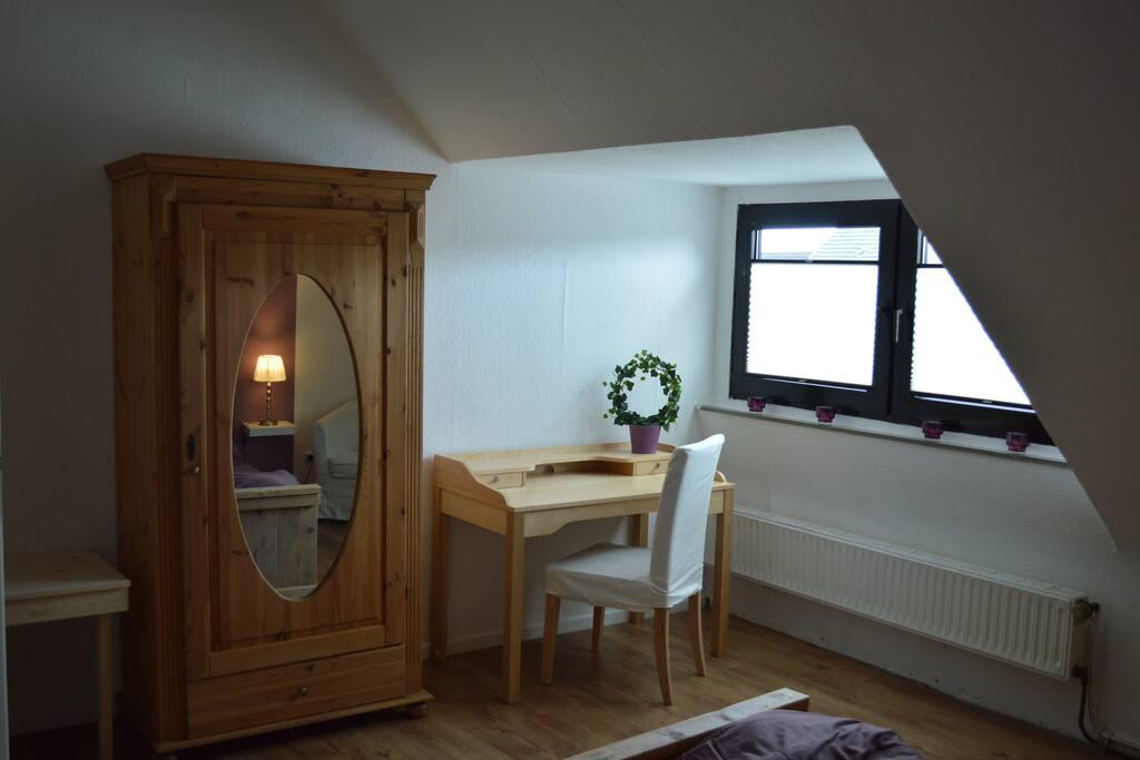 schrijftafel in slaapkamer met gratis WLAN
