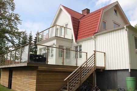 Lantligt hus, 150 meter till sjö, 15 min Göteborg - Lerum - Ev