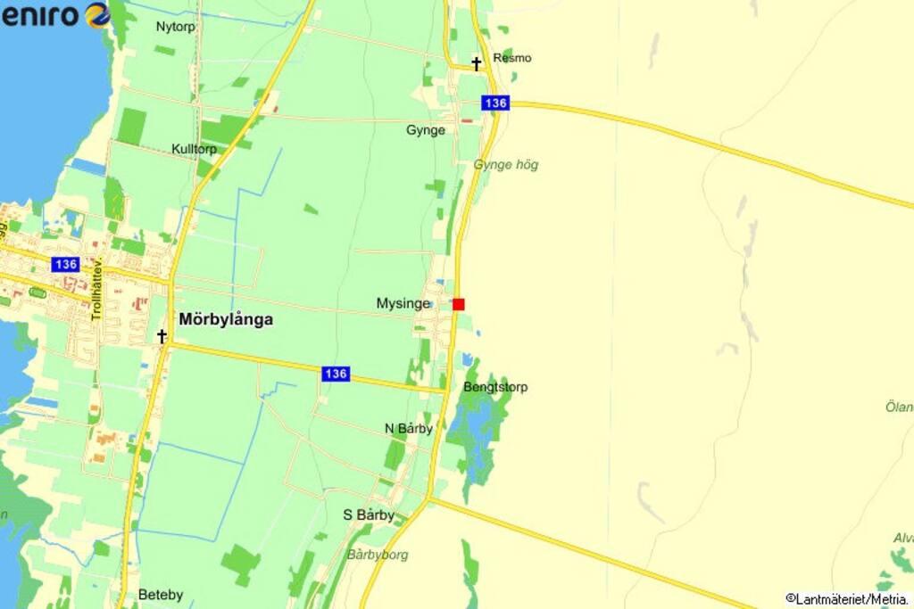 Mitt hus är den röda pricken på kartan. Bussen till Färjestaden, Kalmar, Ottenby, Mörbylånga stannar precis utanför. Det är fem minuter till bad, restauranger och butiker.