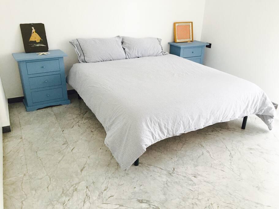 La camera da letto principale, ampia, silenziosa e luminosa