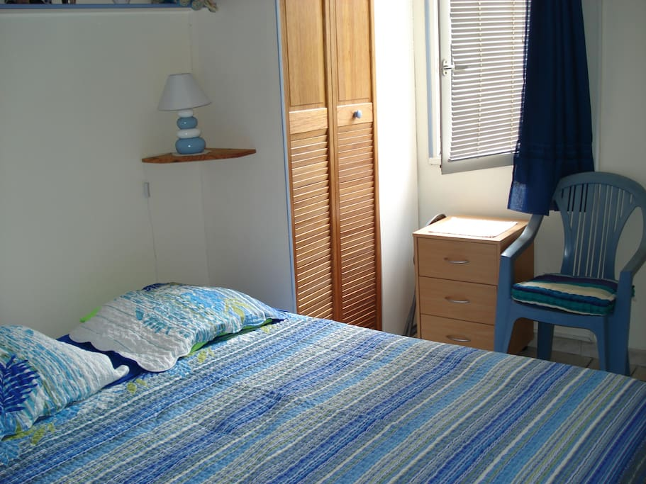 Chambre d 39 h te pour 2 personnes bed and breakfasts for for Chambre translation